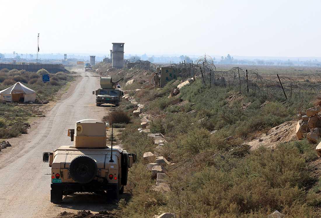 Irakiska soldater patrullerar längs med gränsen till Syrien i staden al-Qaim som befriades från IS för mer än ett år sedan.