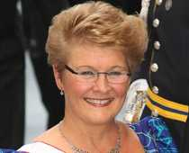 ROPEN SKALLA – SNYGG FRISYR ÅT ALLA Centerledaren Maud Olofsson vill sänka skatterna så ungdomar kan starta sina egna verksamheter. Till exempel frisörsalonger.