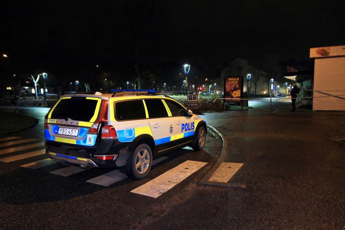 En man i 30-årsåldern har hittats skjuten på torget.