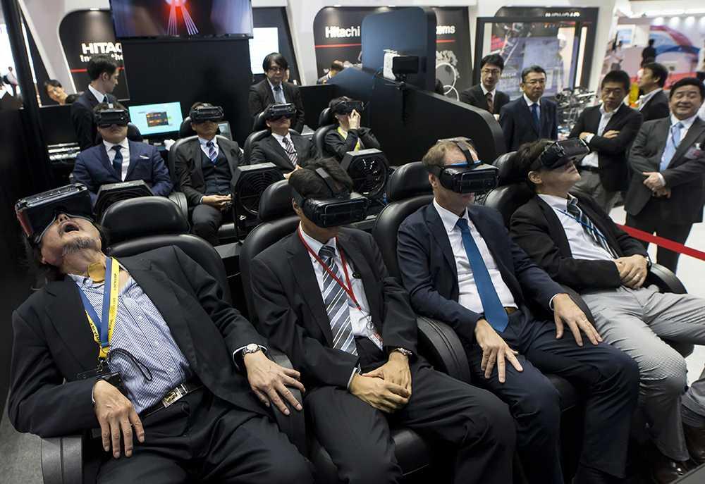 Vad tycker ni, gubbar? Mörk kostym, slips och VR-glasögon är populärt på Tokyo Motor Show.