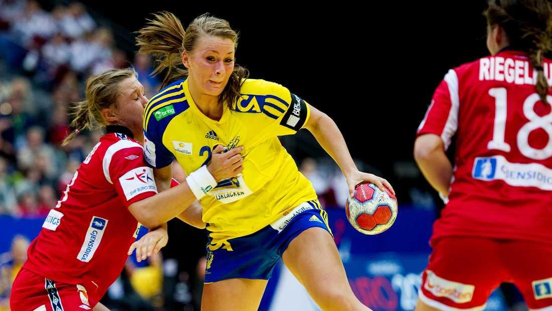 Isabelle tränger sig fram mellan motståndarna i skrällsegern mot Norge i handbolls-EM 2010.