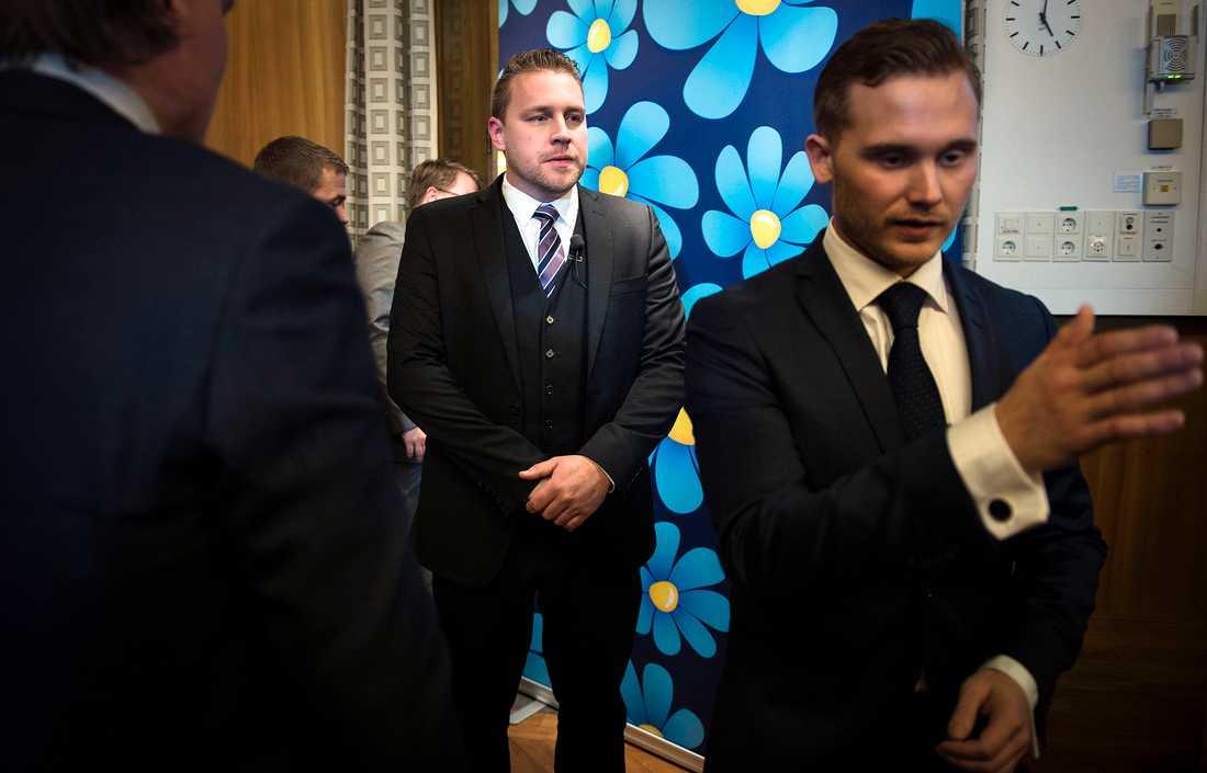 Sverigedemokraternas tf partiledare Mattias Karlsson lämnar presskonferensen efter att ha lämnat beskedet att partiet tänker rösta på oppositionens budgetförslag.