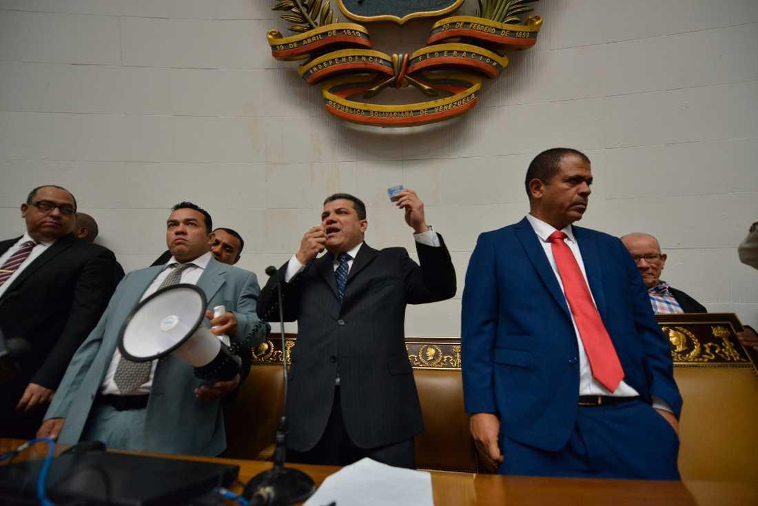 Parlamentarikern Luis Parra utropar sig till talman på bekostnad av oppositionsledaren och rivalen Juan Guaidó.