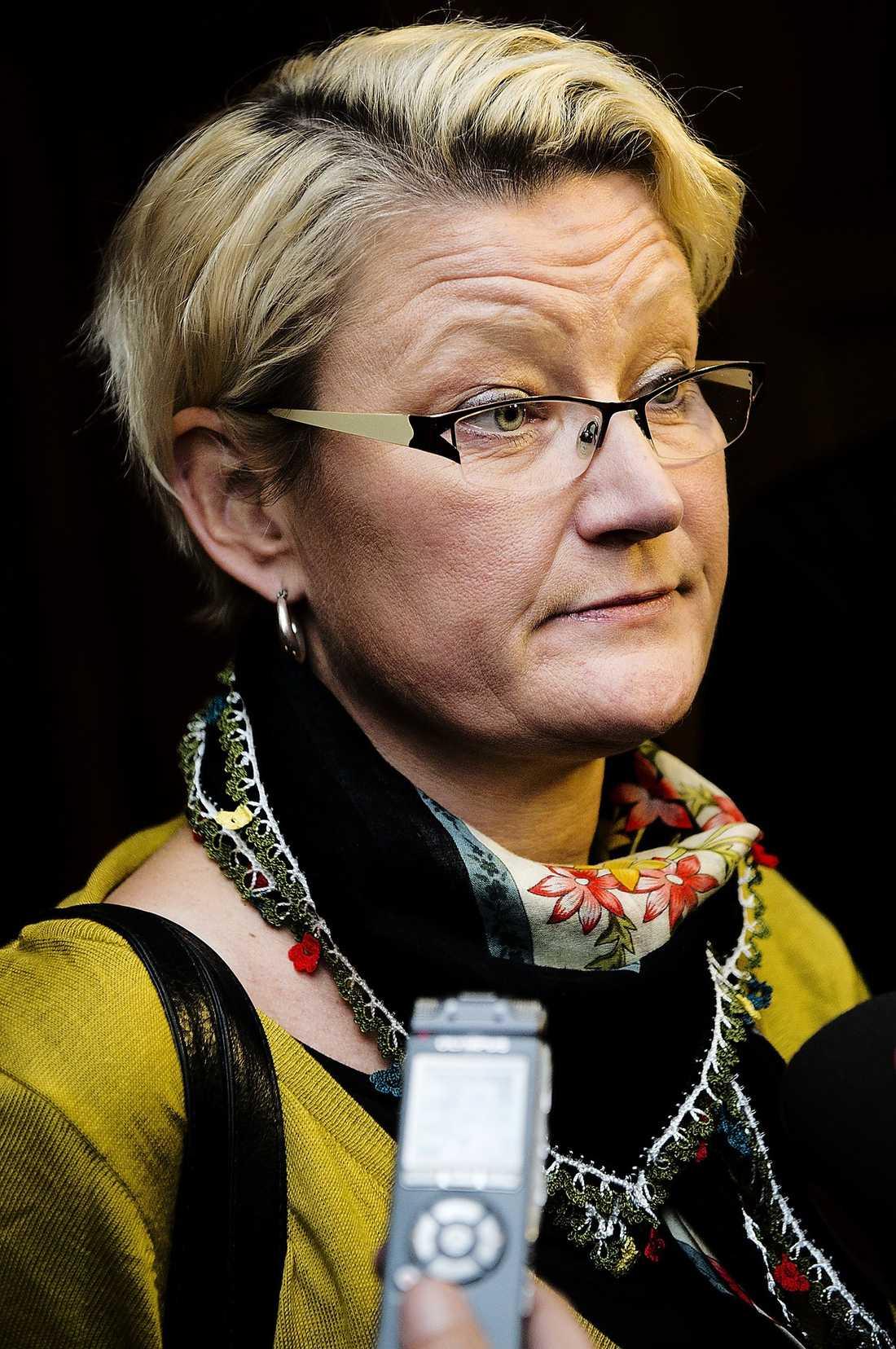 Jag är väldigt arg för att han inte har läst reglerna. Carina Moberg, gruppledare, s-riksdagsledamöter.