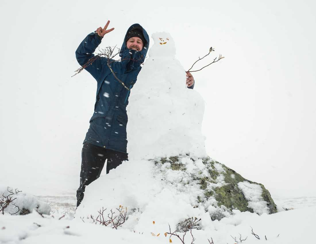 Jonas Berglund från Hemavan byggde årets förmodligen första snögubbe.