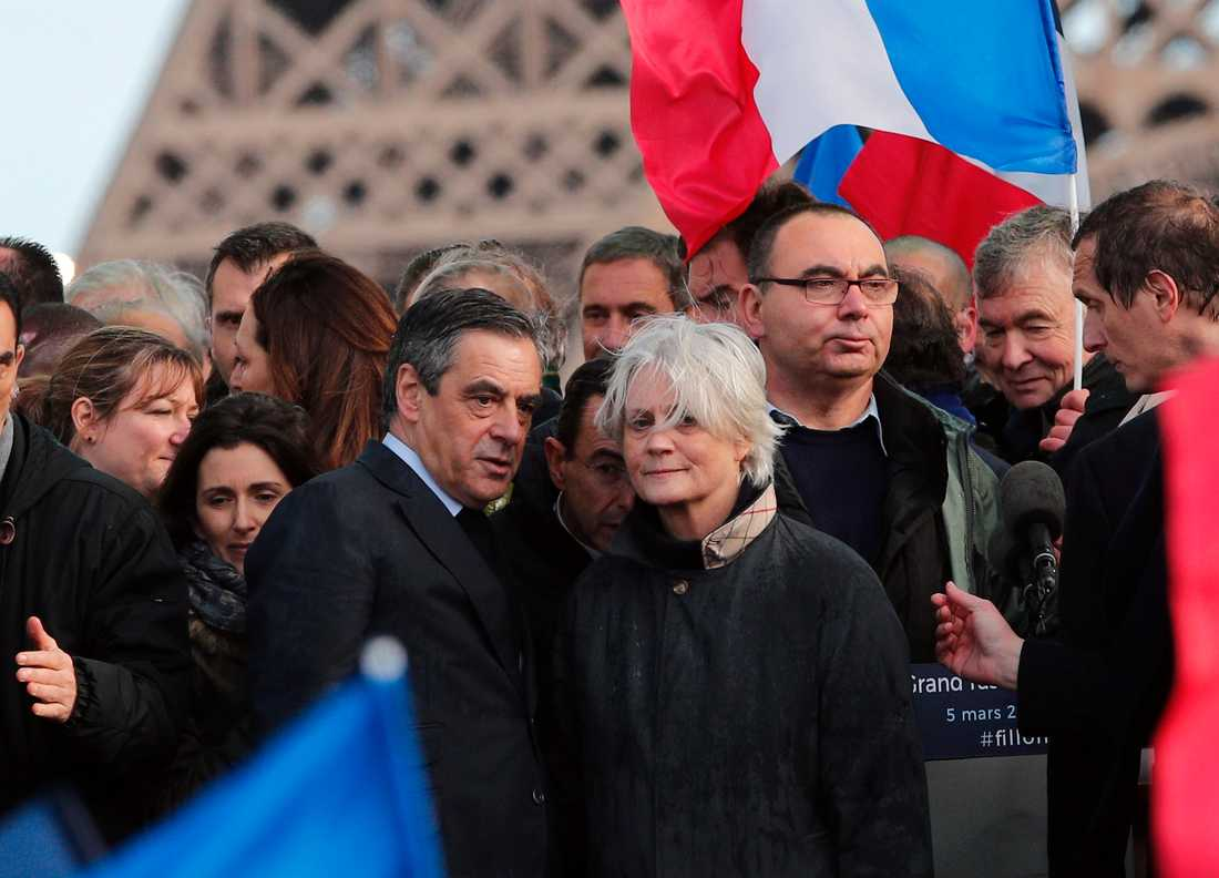 Förre premiärministern François Fillon och hustrun Penelope (i mitten) under ett kampanjmöte inför presidentvalet 2017.