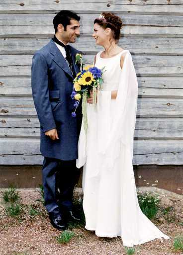Emma hade bara känt Lasse Lindroth i fem dagar när han friade. De gifte sig i Sälen den 19 juni 1999. Tre veckor senare dog Lasse i en bilolycka.