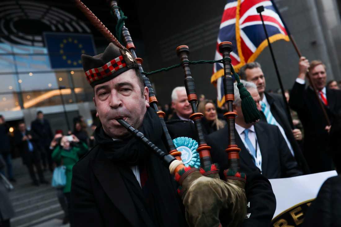 Glada brexitanhängare bland de brittiska EU-parlamentsledamöterna lämnar parlamentet för sista gången.