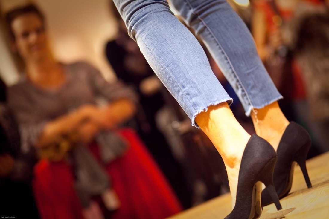 Höstens jeans får gärna vara ankelkorta. Hittar man inga i perfekt längd går det alldeles utmärkt att ta fram saxen.