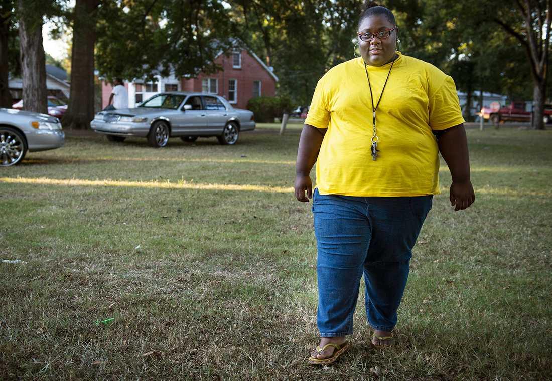 """""""Ibland måste jag stanna och hämta andan"""", säger Kimberly som rör sig till fots inne på campus. Ska hon någon annanstans tar hon bilen."""