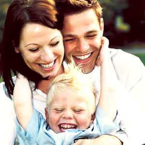 Löjliga familjen? Verkligheten stämmer sällan överens med den romantiserade, perfekt leende famljelyckan. Men kärnfamiljen är ändå värd att satsa på, menar Alf B Svensson.