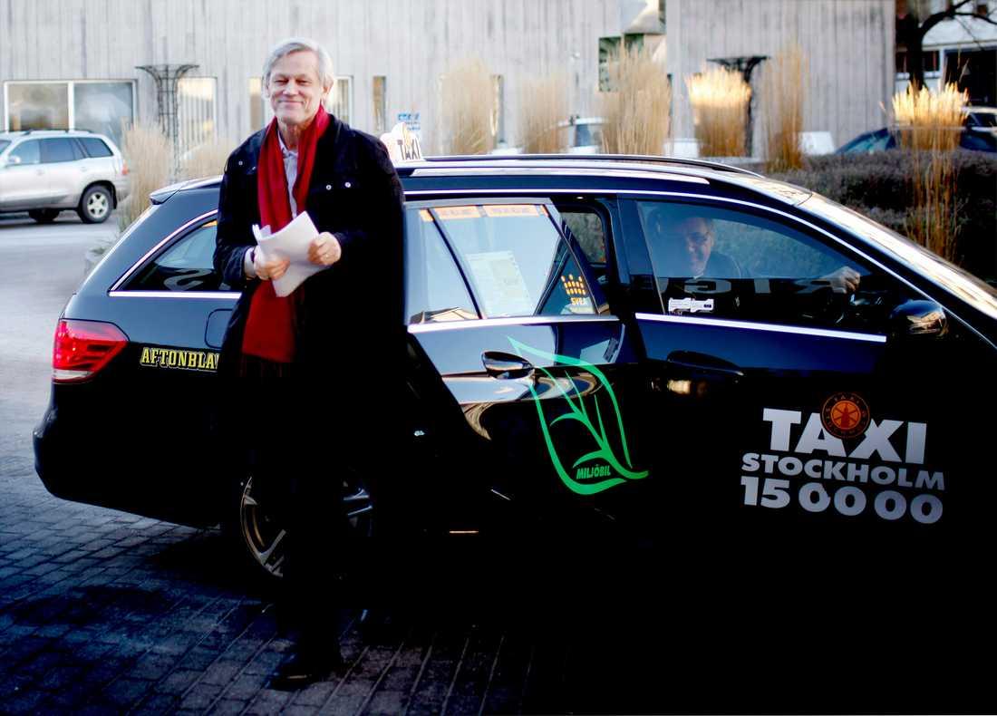 """Göran Lambertz kliver ur en taxi på väg in i tv-huset för debatten i """"Veckans brott""""."""
