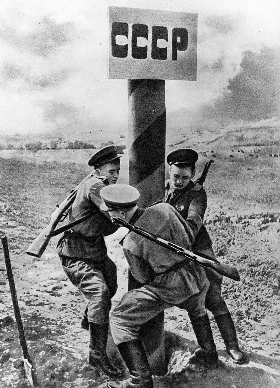 """rött skynke för högern  Sovjetiska soldater reser en gränsstolpe i slutsskedet av andra världskriget. """"Borgerliga debattörer får panik när nån antyder att Sovjet kanske nån gång gjorde nåt bra, exempelvis att besegra Hitler"""", skriver Åsa Linderborg. Foto: TT"""