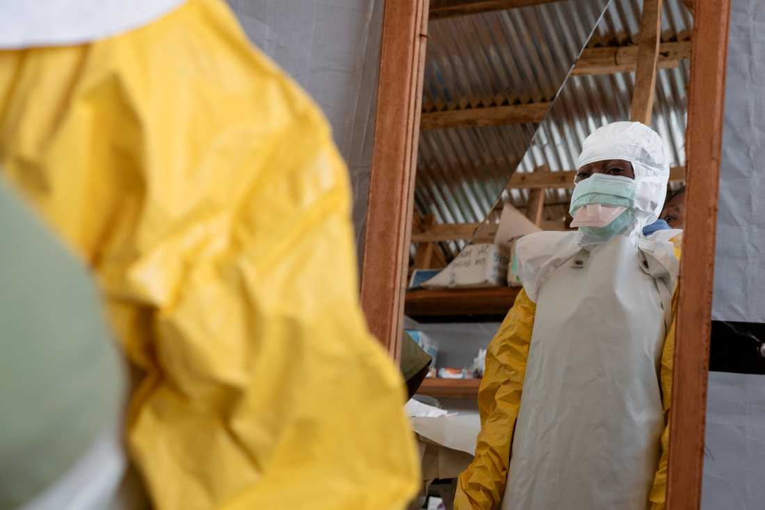 Skyddsutrustningen bärs av sjukvårdspersonal som möter ebolapatienter eller de som misstänkts vara smittade med den farliga sjukdomen. Arkivbild.