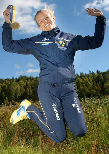 Karolina A Höjsgaard med ett VM-guld.