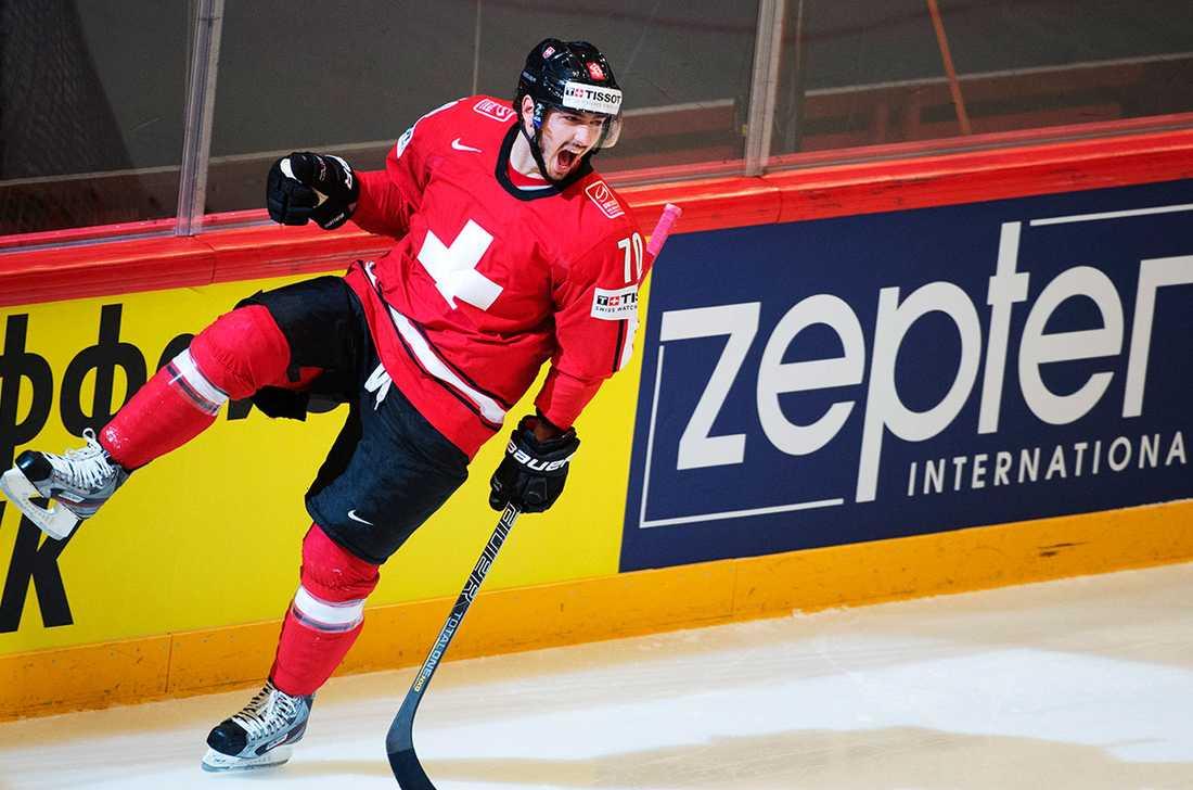 DENNIS HOLLENSTEIN, FW, ++ 23 år, 183 cm, 88 kg. Klubb: Kloten. I år: 48 matcher, 37 poäng (12+25). 89 utv. min. Landskamper/mål: 33/3.