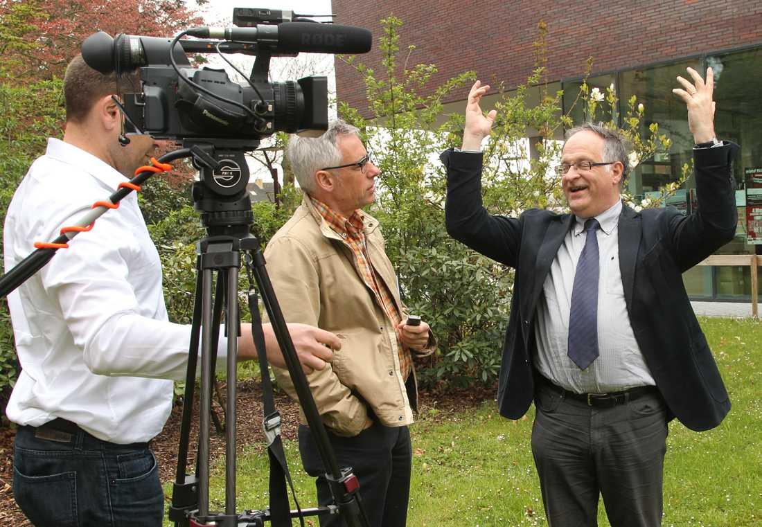 Borgmästaren Patrick Arnou pratar med journalister utanför stadshuset i Zedelgem.