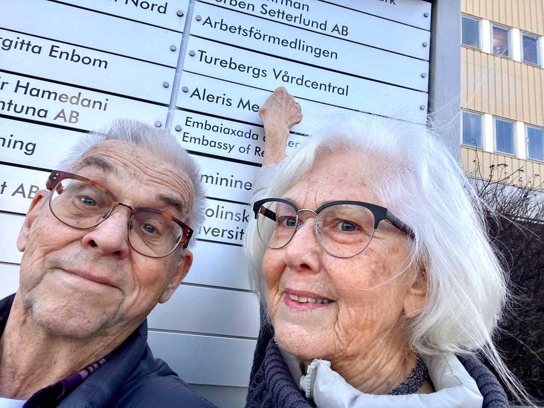 """""""Jag upptäckte det på morgonen. Jag skrev in i min kalender att nu på tisdag är det tre veckor. Då ska vi krama våra barnbarn"""", säger Birger Thuresson från Sollentuna. Här en bild när han och hans fru Ulla fick sin första spruta den 30 mars."""