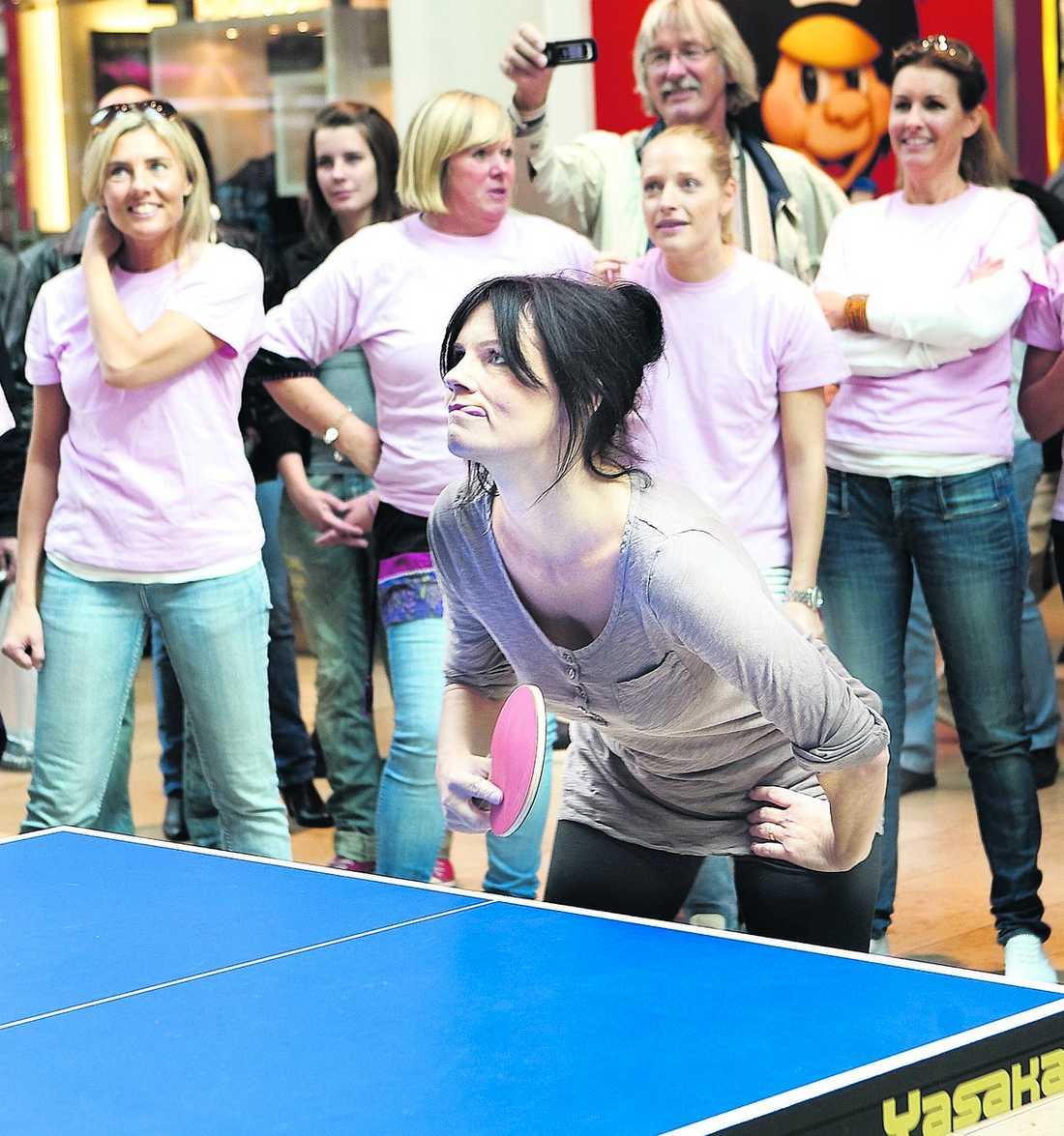 """TEAM LENA Väninnorna som ordnade möhippan hade alla rosa tröjor med texten """"Team Lena""""."""