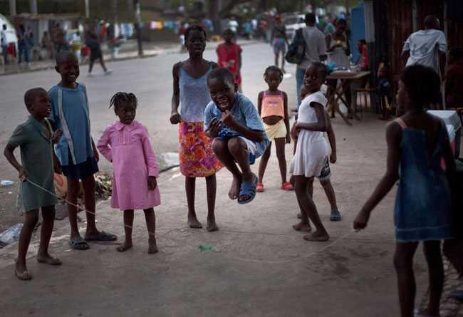 Livet går vidare Barn leker på gatan i Port-au-Prince.