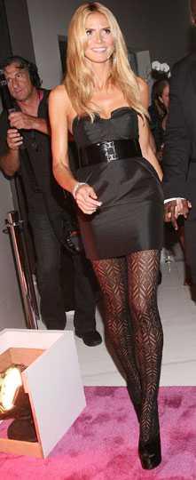 Heidi Klum är som alltid festens medelpunkt, här i läckert svart och snygga strumpbyxor.