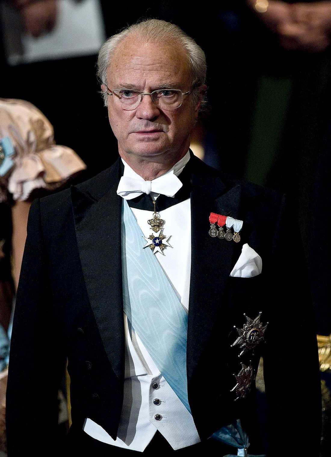 När kungen i går svarade på frågor var det ett speciellt kapitel i historieböckerna som skrevs. Aldrig tidigare har en monark offentligt tvingats förneka strippklubbsbesök.
