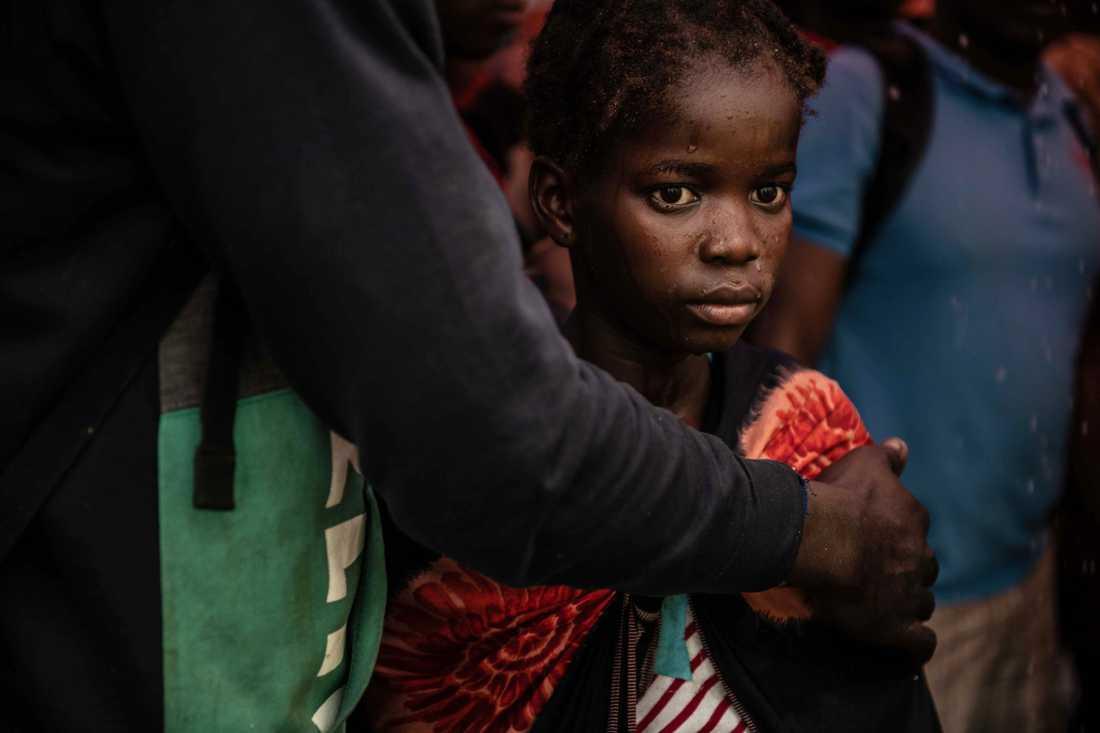 En flicka från Buzi har just anlänt med båt till staden Beira i Moçambique.