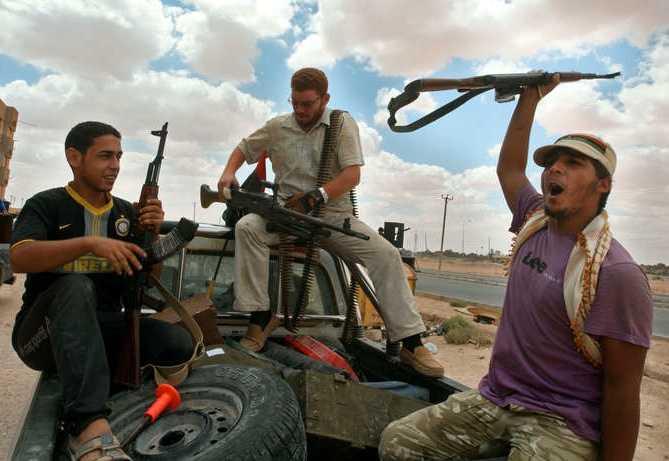 Libyska rebeller jublar efter att ha tagit kontroll över delar av staden Tuarga den 12 augusti.