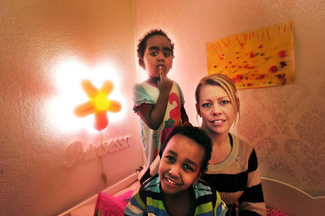"""""""DET ÄR OMÄNSKLIGT"""" Therese Nilsson är fostermamma till de utvisningshotade barnen Hiyab, 3, och Deymond, 5, från Boden. """"Hur kan Migrationsverket rycka upp två barn från ett fungerande hem och skicka dem till ett land där de i bästa fall hamnar på ett barnhem? Det är omänskligt, ovärdigt. Jag och Jens har gjort allt som står i vår makt. Men hittills har vi alltid fått nej från Migrationsverket"""", säger hon."""
