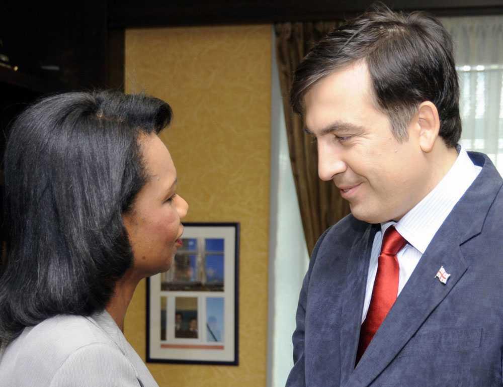 Condoleezza har landat USA:s utrikesminister tar Georgiens president Mikheil Saakashvili i hand. Med sig har hon ett förslag till eldupphör.