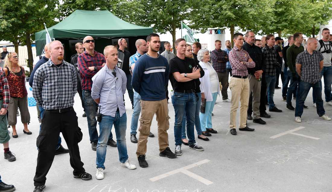 Nordiska motståndsrörelsen tittar på mångfaldsparaden under Almedalsveckan.