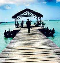 Alla vägar leder till det turkosa havet. Den här långa bryggan går ut från sandstranden vid Pigeon Point på Tobago.