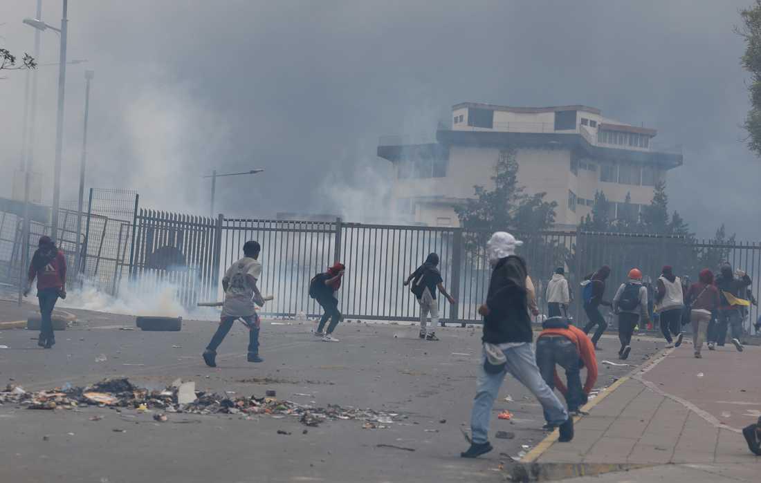 Sammandrabbningar mellan demonstranter och polis.