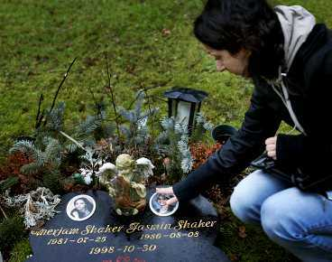 """NU: SHIRIN, 19 Ofta kommer hon till graven på Kvibergs kyrkogård där hennes båda systrar vilar. """"Jasmin och Merjam var mina armar på var sin sida"""", säger Shirin Shaker. """"Vi gjorde allt tillsammans, nu är de borta."""""""