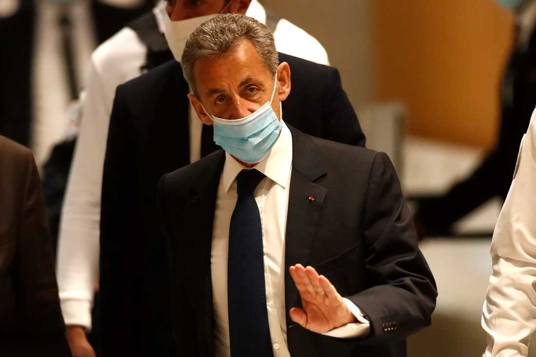 Den tidigare franske presidenten Nicolas Sarkozy i domstolen där han på måndagen dömdes till ett treårigt fängelsestraff, varav två år villkorligt, för korruptionsbrott.
