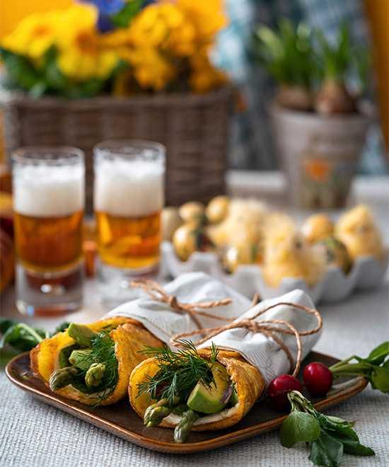 Äggwraps – fylld med feta, sparris och avokado.