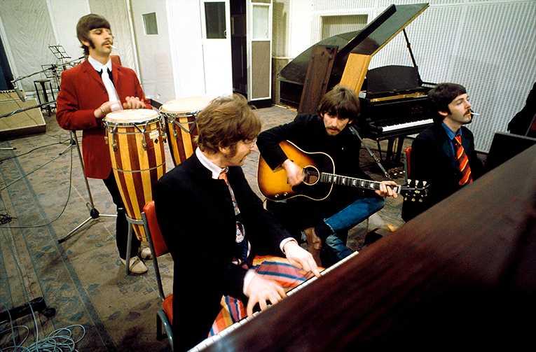 Sgt Pepper's lonely hearts club band alias The Beatles i EMI-studion på Abbey Road våren 1967.