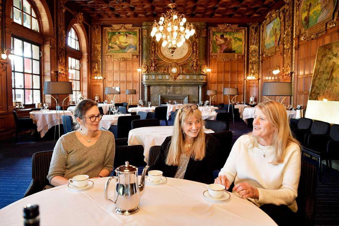 På klassisk mark. Filmskaparna Kersti Grunditz Brennan, Maud Nycander och Jannike Åhlund på Operakällaren, Harry Scheins favorittillhåll. Han hade alltid bordet längst in i hörnet vid fönstret.