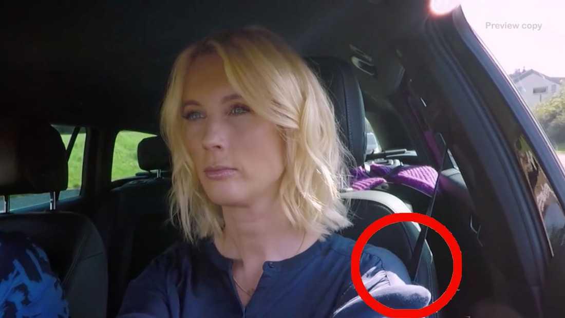 Niklas och Jenny Strömstedt har bältena under armen under en kort del av bilfärden.
