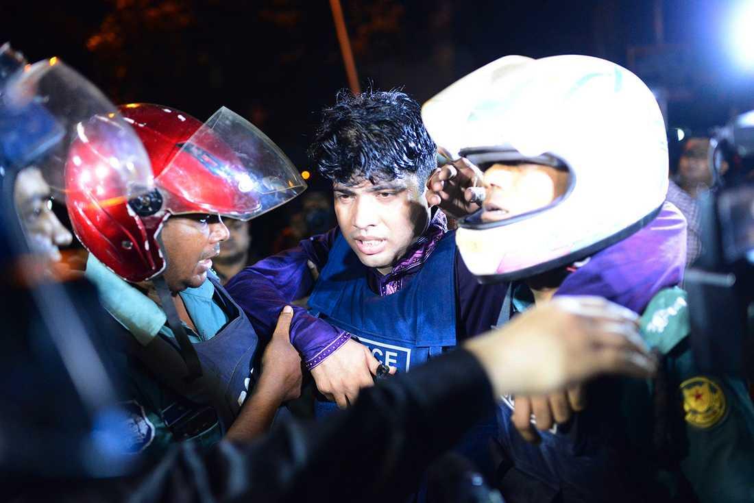 En polisman fick hjälp av kollegor efter att ha blivit skadad i attacken.