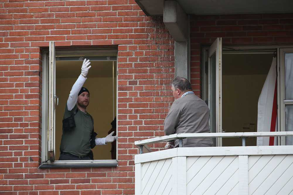 Polisens söker igenom den misstänkte gärningsmannens lägenhet.