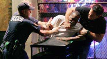 När 64-årige Robert Davis gör motstånd tappar poliserna fattningen och börjar slå honom besinningslöst.
