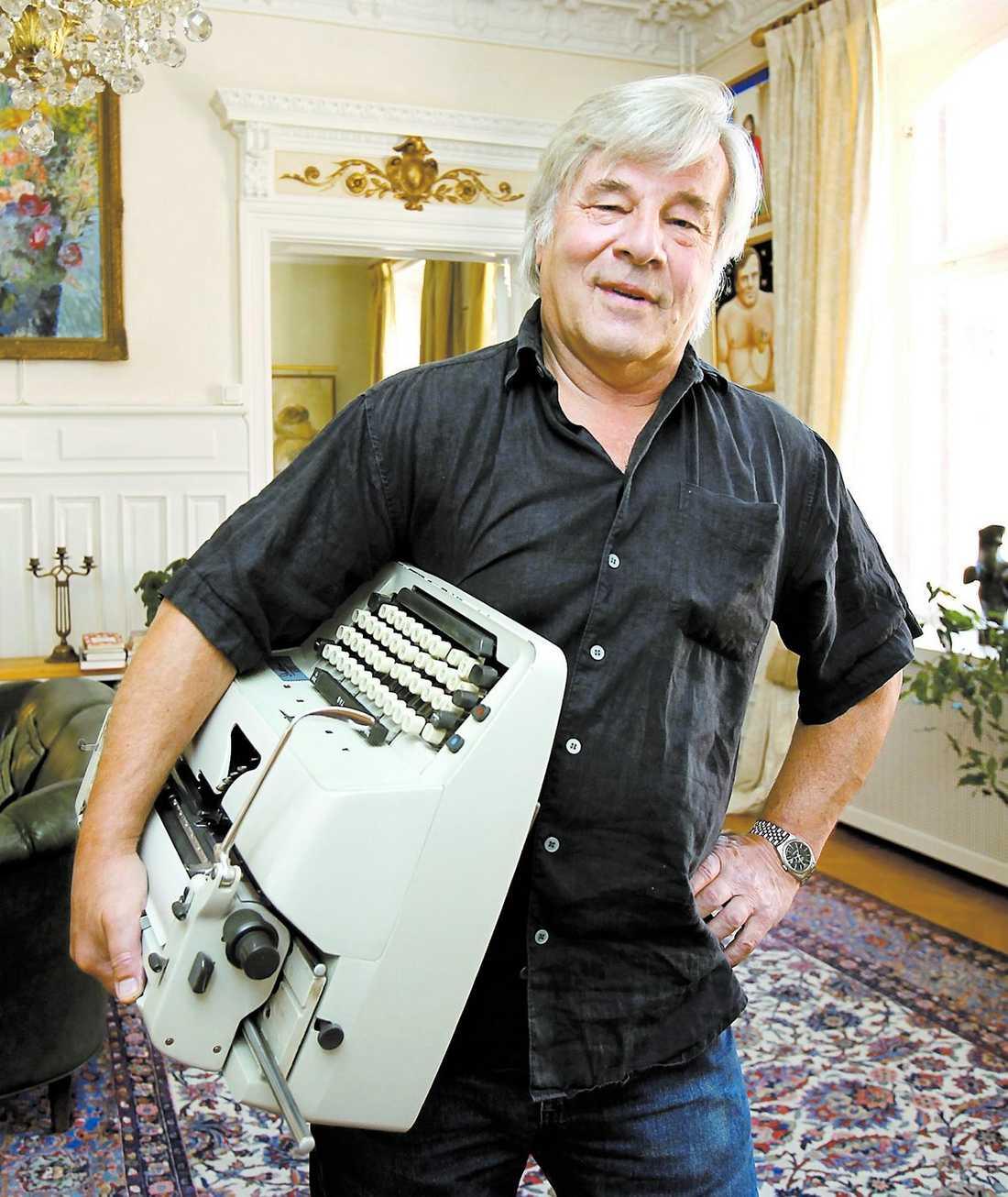 """nu Jan Guillou med sin gamla Adler-skrivmaskin. I memoarboken """"Ordets makt och vanmakt"""" ser han tillbaka på 40 år i den publicistiska hetluften."""