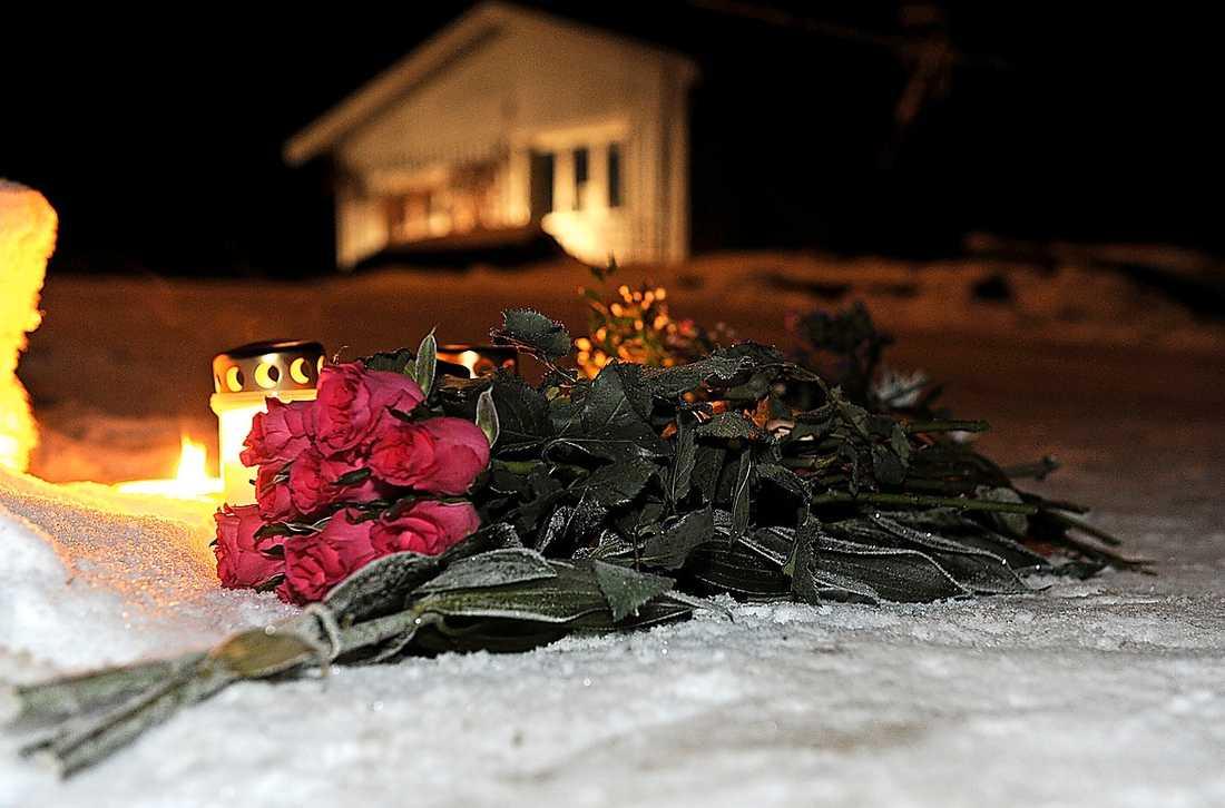 Blommor lades på marken i går kväll utanför bostaden där Ellinor mördades.
