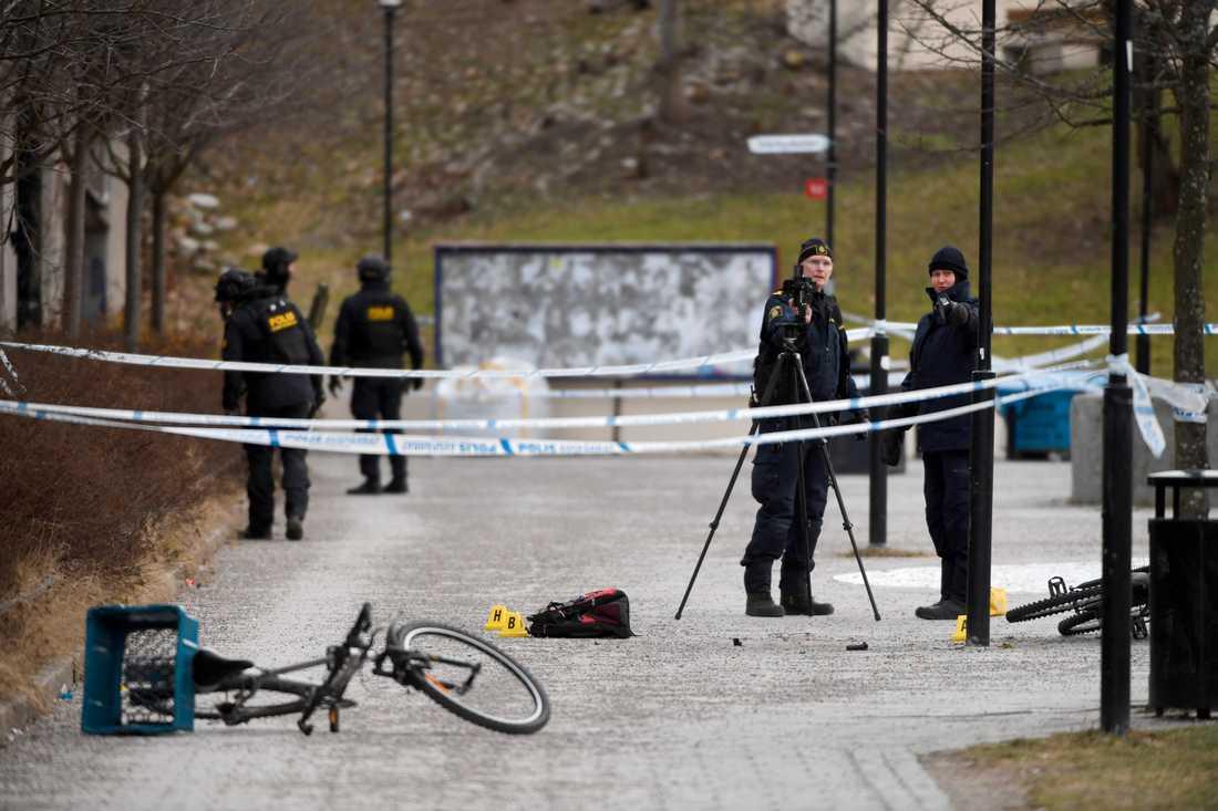 Polis undersöker platsen i Vårby gård där explosionen skedde. Arkivbild