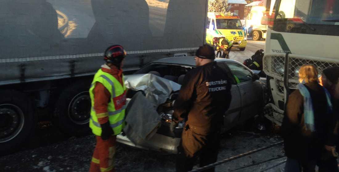 Trafikolycka mellan Utansjö och Ullånger på E4 fem mil söder om Örnsköldsvik. Två personer fick föras till sjukhus. Det är stopp i trafiken i södergående riktning.