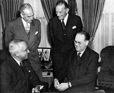 Statsminister Tage Erlander på besök hos president Harry S Truman 1952. Två år senare skrev Sverige på ett topphemligt avtal om informationsutbyte mellan länderna.