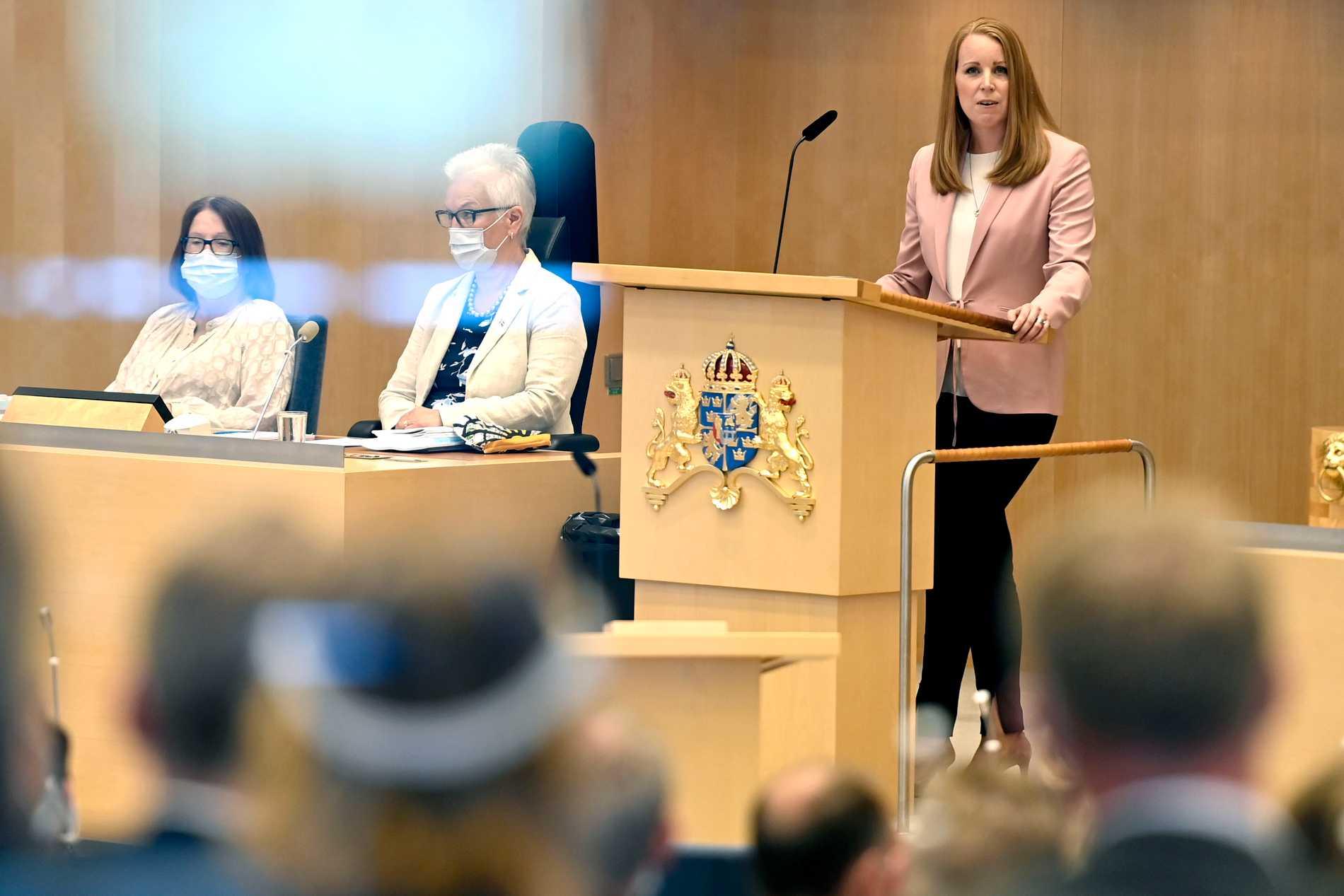 Annie Lööf (C) i riksdagens talarstol inför misstroendeomröstningen.