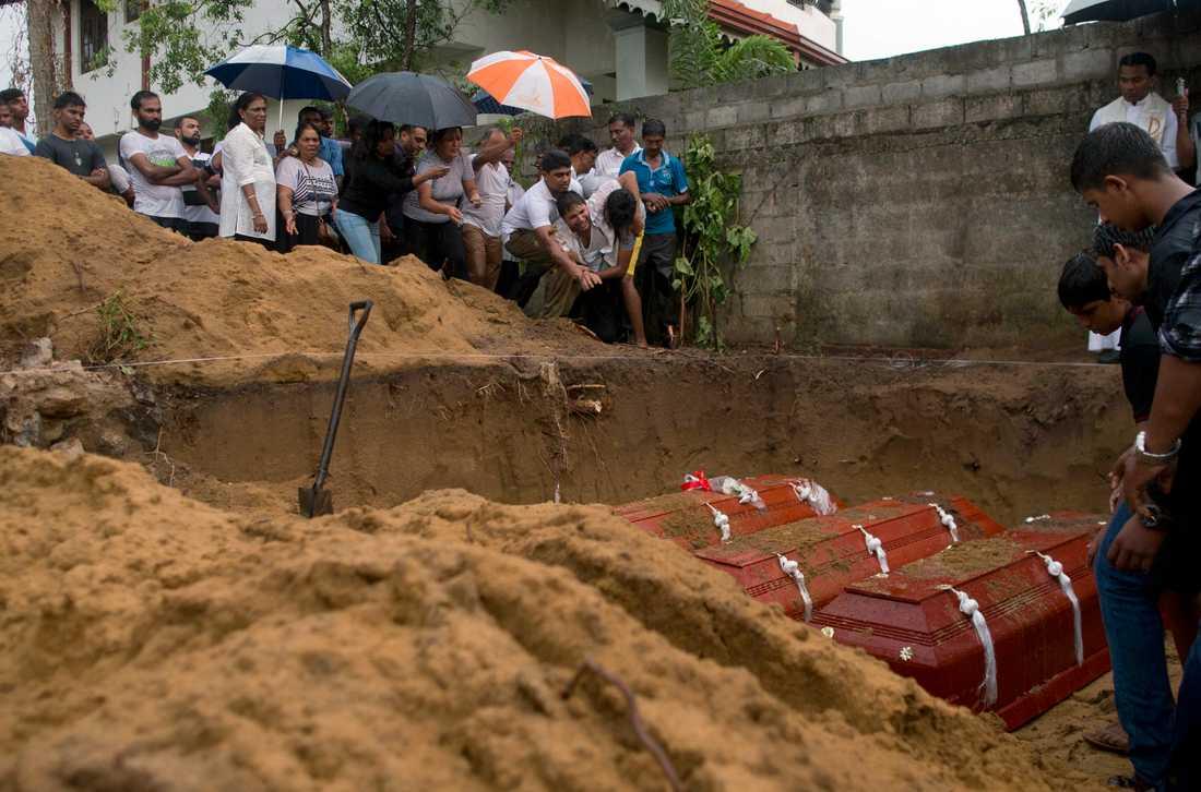 Anhöriga begraver tre familjemedlemmar – alla dog av bomben i St Sebastian Church i Negombo i söndags.