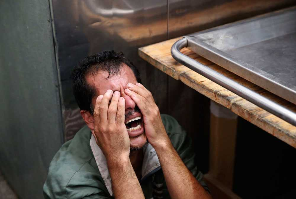 En palestinsk man gråter efter att ha identifierat kroppen efter en familjemedlem på sjukhuset i Beit Lahiya den 24 juli. Antalet dödsoffer i Gaza är nu över 800, rapporterar AFP.